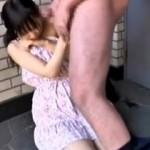 【フェラ動画】女子○学生を家の前でフェラさせるエロ動画がネットでアップされ炎上し話題にwww