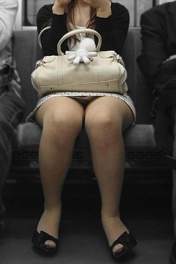 【素人盗撮】電車で向かいに座った美脚お姉さんを盗撮