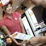 【レイプ動画】客が少ないハンバーガー店で起きた悲劇w神かゎ店員を店内で中出しレイプ!!