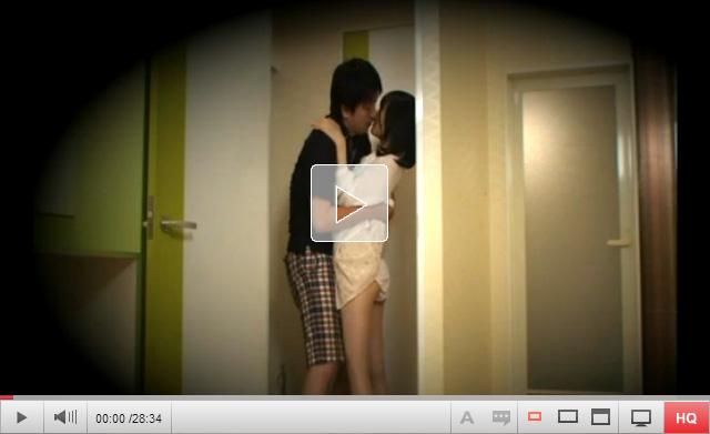 【盗撮動画】ラブホテルに入るなり玄関で低身長の可愛いセフレに中出しする流出動画…