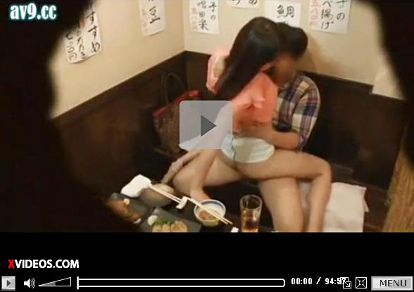 【盗撮動画】居酒屋の半個室で大学生カップルが理性崩壊ww店内で挿入した姿を監視カメラが撮影ww