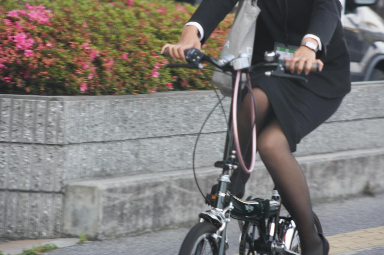 自転車乗った素人OLのパンチラ・太もも画像