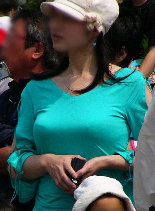 子連れママの着衣巨乳・胸チラ・パンチラがあるエロ画像