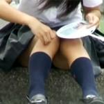 【JKパンチラ動画】学校前のバス停でしゃがみパンチラww股間をうちわで仰いでる女子校生を盗撮ww