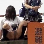 【JK放尿動画】女のおしっこの飛距離が驚愕レベルwww土手で野ションする女子校生を盗撮したwww