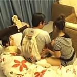 【尾上若葉・上原亜衣動画】巨乳女子大生がアキバ系をホテル連れ込みレズ見せつけ…我慢出来ず中出し3P