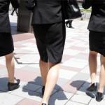【OL街撮り画像】リクルートスーツを着て初々しさが伝わる初出勤中の新人OLタイトスカート画像