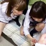 【手コキ動画】性に興味津々wDQN女子校生の友達にチンコ見せたら手コキされたwww