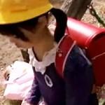 【ロリ動画】ランドセル背負った帰宅中の少女に優しく接して拉致…パイパン無毛に生中出しww