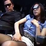 【痴漢動画】映画館で3D映画上映中に飛び出すチンポwww声出せない空間で女達を次々ハメ倒すw