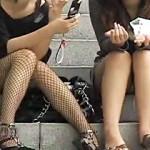 【しゃがみパンチラ動画】春の陽気でミニスカート素人の緩くなった股間を接写隠し撮りww