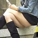 【パンチラ動画】純白パンツがミニスカ過ぎて食い込みまで確認出来るブーツ女子を隠し撮り盗撮ww