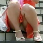 【パンチラ動画】素朴な女の子が階段に座り込んで綿パンツを▲こんな感じで見せつけてるから盗撮w