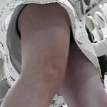 【逆さ撮り動画】109ショップ店員…白ワンピースに派手な黒パンツ履いたギャルをパンチラ盗撮ww