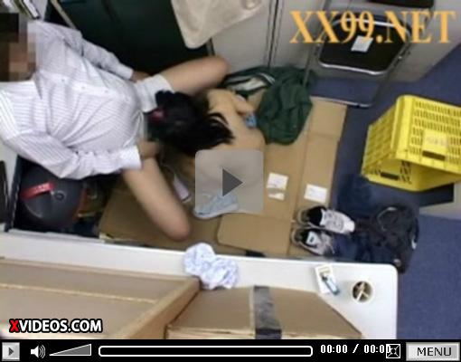 【xvideosAV動画】夏休みに浮かれてスーパーで万引きしたJCが店長に脅され処女奪われた映像…