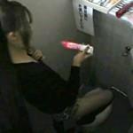 【xvideos盗撮動画】女子トイレにオナニー用バイブ完備『ご自由にお使い下さい…』