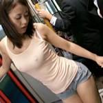 【xvideosAV動画】ホットパンツ履いたハミ尻巨乳ギャル(新山かえで・橘なお)がバス内で挑発セックスw
