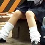 【xvideosパンチラ動画】標準制服を着た真面目そうな女子校生の座りパンチラを街撮り盗撮…