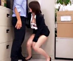 【夏目りょうこAV動画】バレたら即クビww部下OLとヤリたいスケベ上司がロッカーの影で着衣ハメww