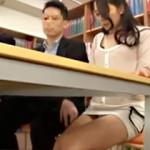 【図書館レイプAV動画】ミニスカタイトスカートを履いたパンチラ人妻を私語厳禁の図書館で立ちバックww