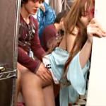 【あずみ恋AV動画】パンツが完全に見えてるギャルショップ店員に試着室で勃起チンポ見せた結果www