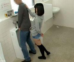 【白咲碧AV動画】公衆トイレに隠れているAV女優…素人男性がおしっこ中に背後から逆レイプww