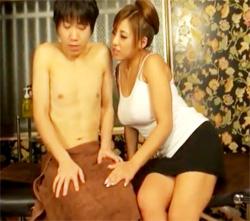 【巨乳人妻AV動画】メンズエステの巨乳ギャル店員が可愛い童貞に発情…怯える男に馬乗りしたww
