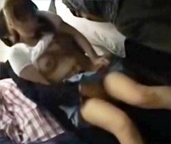 【電車痴漢AV動画】メガネ女子大生を囲む集団痴漢…ミニスカートを捲り上げ前後左右から手が伸びるww