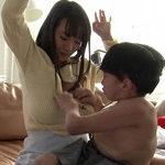【澁谷果歩AV動画】身長109cmの世界一小さいAV監督にしくんがKカップ爆乳女優を手マンテクで潮吹きw